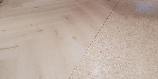 Golvläggning detalj där olika golvtyper möts på Gina Tricot Stockholm