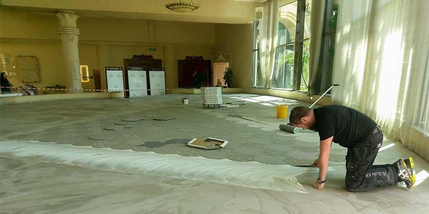 Golvläggare från 3L Golv lägger golv i hotellfoajé
