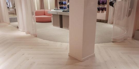Golvläggning med olika golvmaterial på Gina Tricot i Stockholm