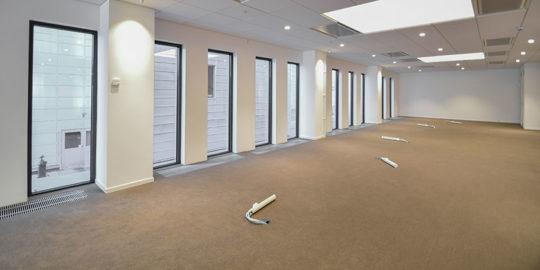 Golvläggning med textilplattor på kontorshotell i Stockholm